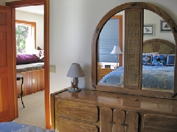 Orca room upstairs - queen bed